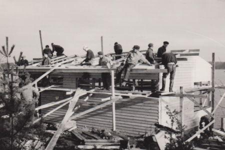Vasikkasaaren majan rakennustöitä 60-luvulla.
